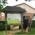 Bennie en Monique Weiden voor hun boerderij aan de Schuurmansweg in Beltrum. Foto: Theo Huijskes